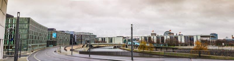 BERLIJN, kapelle-Ufer, Overheidsdistrict met Federaal Ministerie van Onderwijs en Onderzoek naast rivierfuif royalty-vrije stock fotografie