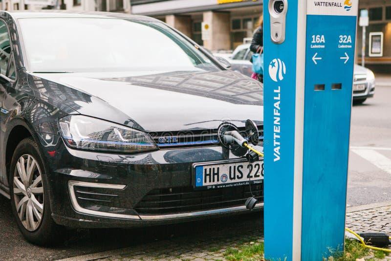 Berlijn, 1 Oktober, 2017: De elektrische auto wordt geladen op een speciale plaats voor het laden van elektrische voertuigen Mode royalty-vrije stock fotografie