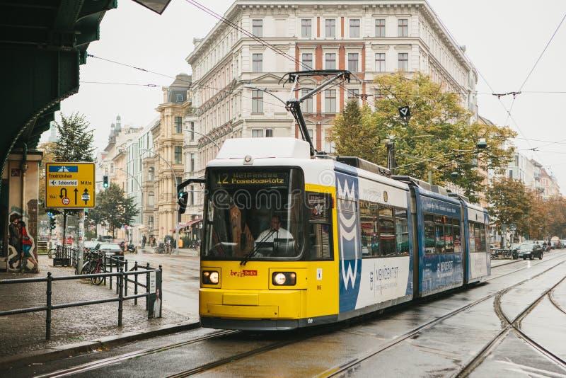 Berlijn, 2 Oktober, 2017: Stads openbaar vervoer in Duitsland Mooie zwarte en gele die trein bij einde op wordt tegengehouden royalty-vrije stock foto