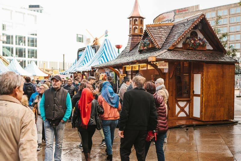 Berlijn, 03 Oktober, 2017: Vierend Oktoberfest lopen de Mensen op de straatmarkt op beroemde Alexanderplatz stock afbeeldingen