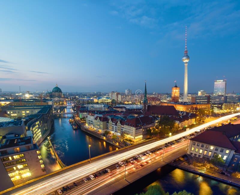 Berlijn, vogelmening over Alexanderplatz en rivier bij nacht royalty-vrije stock fotografie
