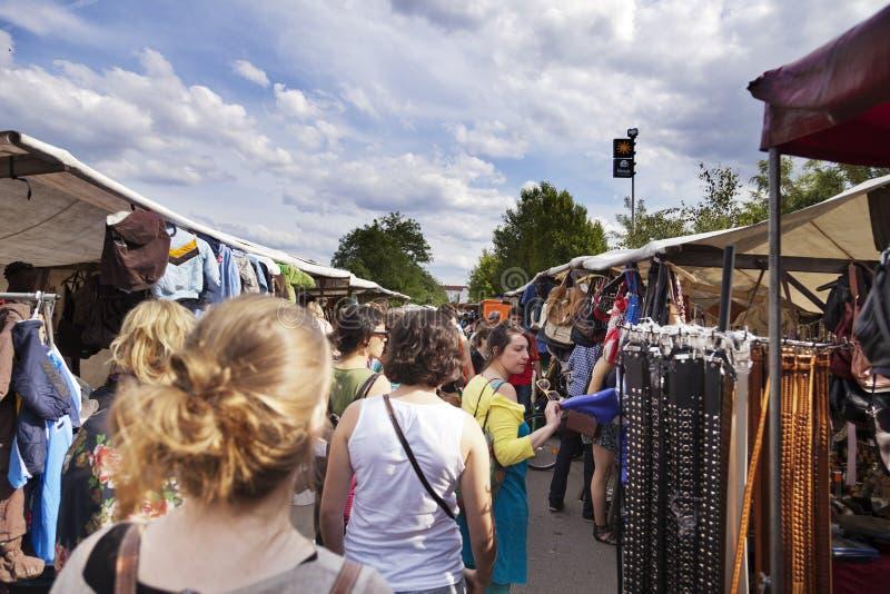 Download Corredor Das Lojas Da Roupa Da Feira Da Ladra De Mauerpark Foto Editorial - Imagem de europeu, recreação: 29829051
