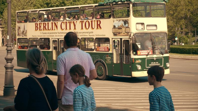 BERLIM, ALEMANHA - 30 DE ABRIL DE 2018 Ônibus de excursão sightseeing da cidade imagem de stock royalty free