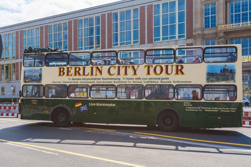 BERLIM, ALEMANHA - 2 DE ABRIL DE 2008: Ônibus de dois andares da excursão no s fotografia de stock