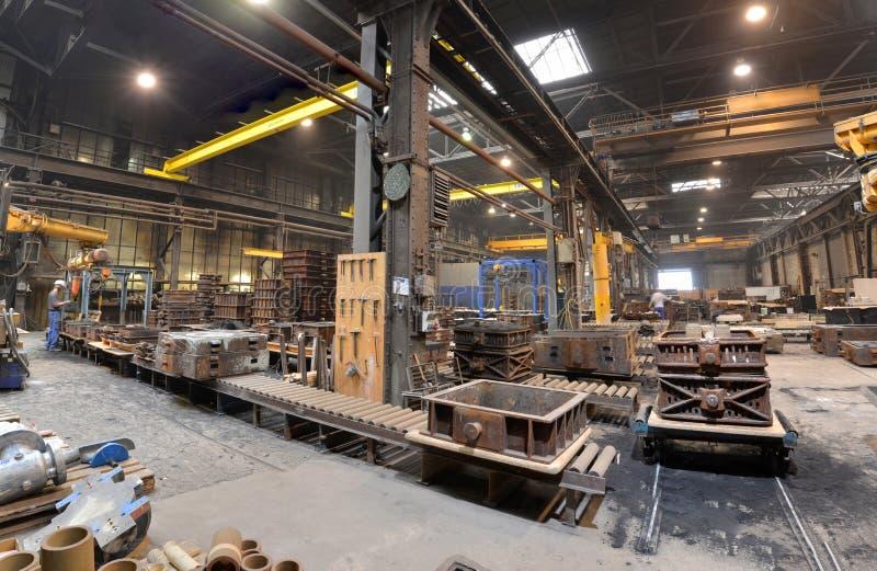 Berlim, Alemanha - 18 de abril de 2013: Produção de componentes do metal em uma fundição imagens de stock
