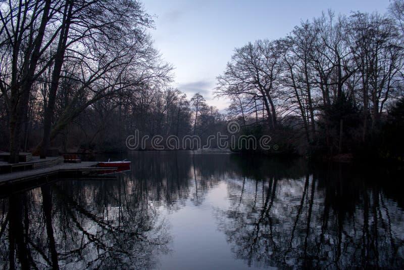 BERLIM, ALEMANHA - 14 DE JANEIRO DE 2017: rio em Tiergarten foto de stock