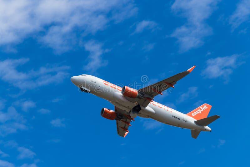 BERLIM, ALEMANHA - 7 DE JULHO DE 2018: tomadas de Airbus A320-214 do easyJet de foto de stock royalty free