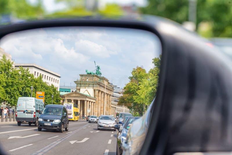 BERLIM, ALEMANHA - 24 DE JULHO DE 2016: Tráfego de cidade como visto do si do carro imagens de stock royalty free