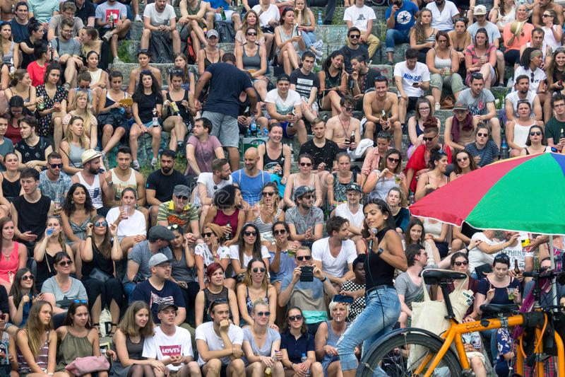 BERLIM, ALEMANHA - 11 de junho de 2017: Menina que canta a uma multidão no fotografia de stock royalty free