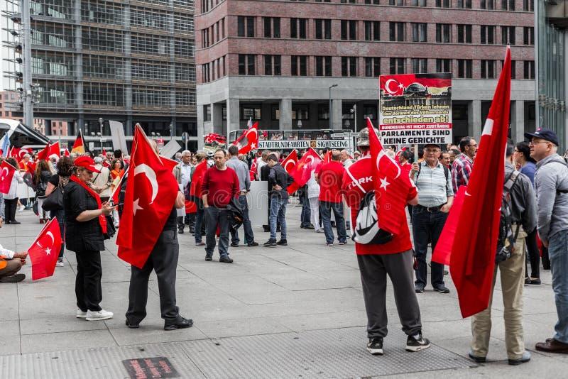 Berlim, Alemanha - 28 de maio de 2016: Os grupos turcos protestam o voto na definição armênia do genocídio fotografia de stock