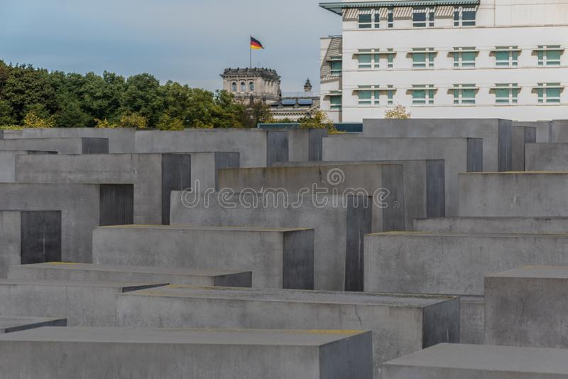 Berlim, Alemanha - 23 de setembro de 2018: Perspectiva ascendente dos túmulos do memorial aos judeus assassinados de Europa imagem de stock