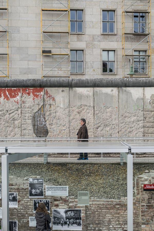 BERLIM, ALEMANHA - 26 DE SETEMBRO DE 2018: Visão dramática dos turistas que exploram 'topografia o museu da história do terror ' fotografia de stock royalty free