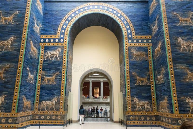 BERLIM, ALEMANHA - 26 DE SETEMBRO DE 2018: Vista geral ascendente da porta azul de Ishtar de Babylon, decorada com extinto imagem de stock