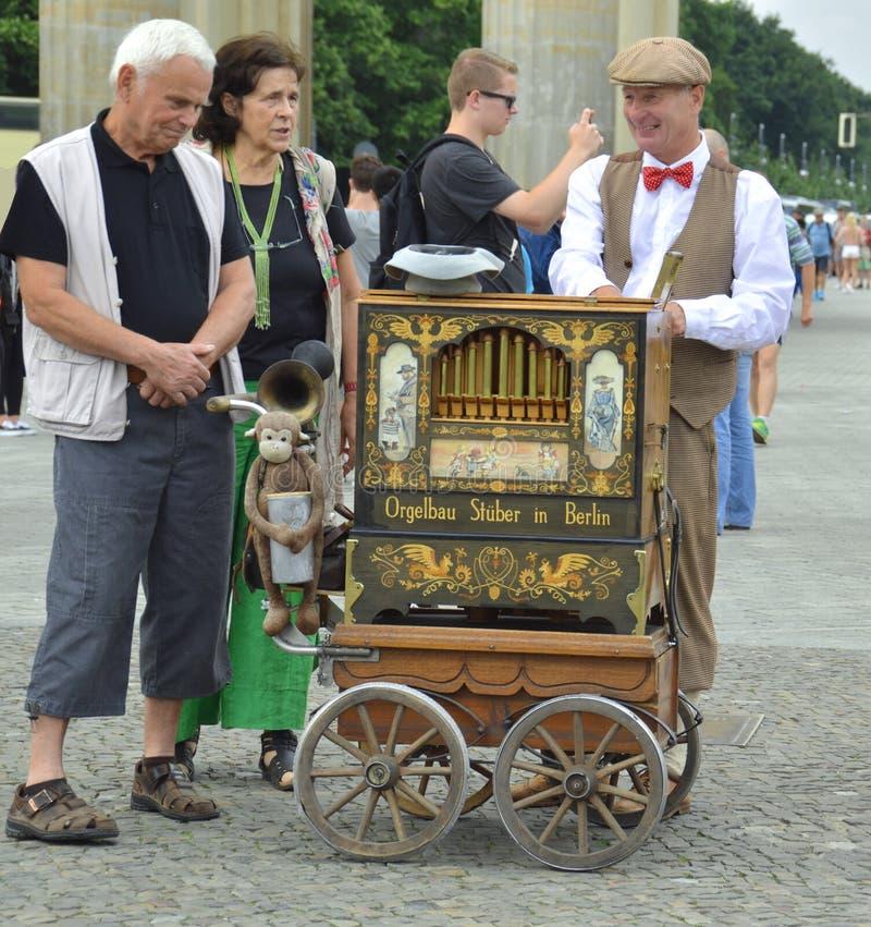 Berlim, Alemanha - em julho de 2015 - jogador do órgão de tambor com pares idosos do turista foto de stock royalty free