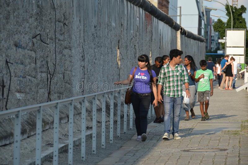 Berlim, Alemanha - em julho de 2015 - turistas que andam ao lado de Berlin Wall fotos de stock