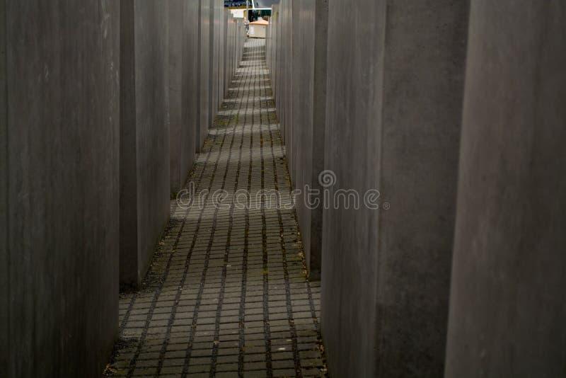 14 05 2019 Berlim, Alemanha Monumento do holocausto Vista no campo das lajes de cimento do tamanho e da altura diferentes Suspiro foto de stock