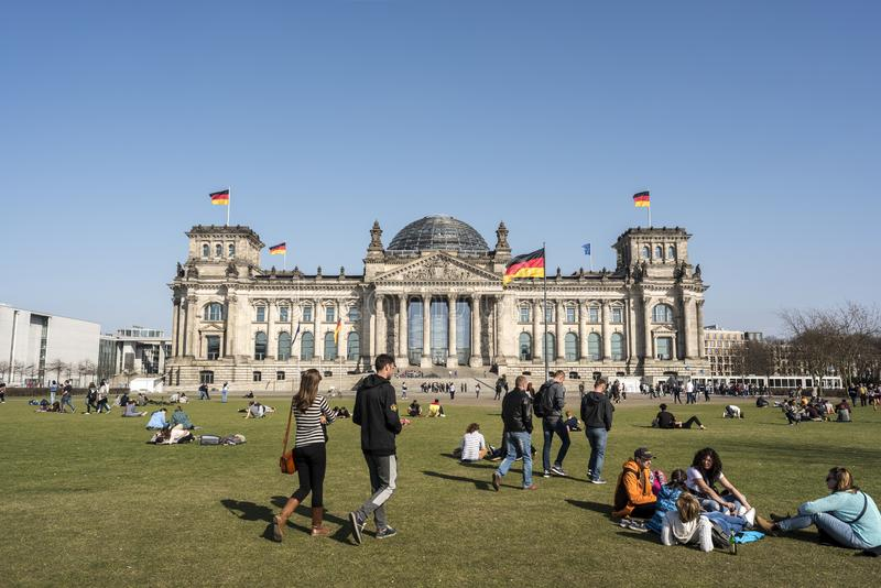 BERLIM, ALEMANHA, O 8 DE ABRIL DE 2018: A fachada da construção de Reichstag em Berlim, em muitos visitantes não identificados e  foto de stock royalty free