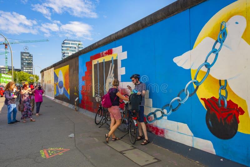 Berlim, Alemanha - o museu da parede - East Side Gallery - exibindo permanecer de Berlin Wall com a coberta da arte da rua fotos de stock royalty free
