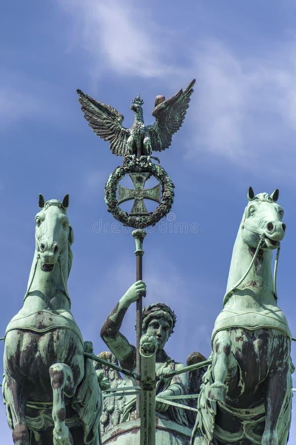 Berlim, Alemanha, Tor de Brandenburger, retrato 15-8-2015 de dois dos quatro cavalos com seu cavaleiro, estando no telhado do sut fotos de stock