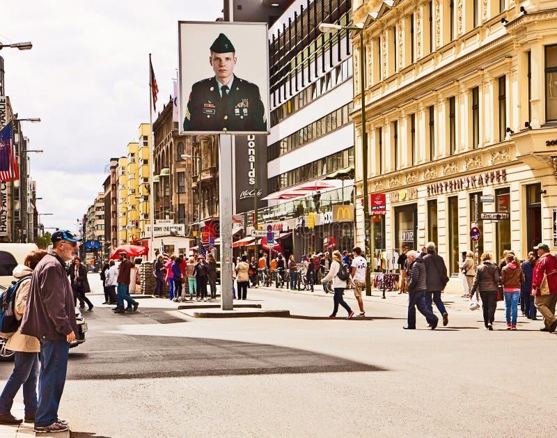 Berlim, Checkpoint Charlie em Frederichstrasse fotos de stock