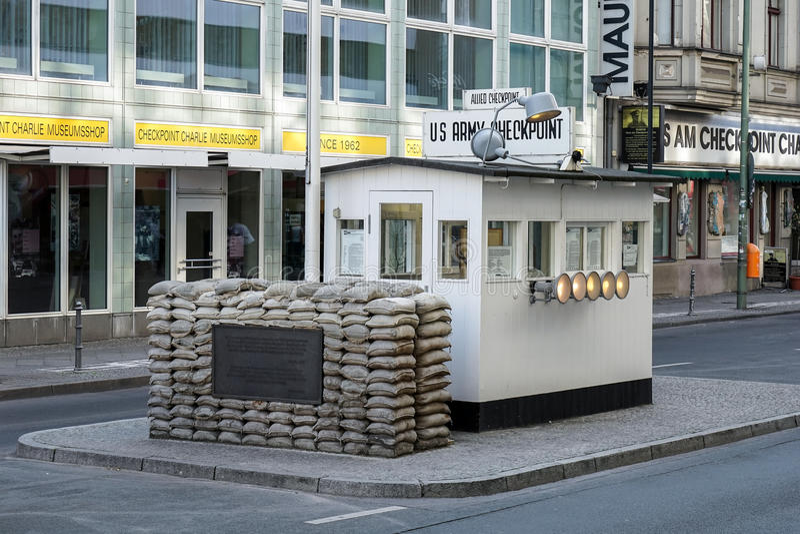 BERLIM, GERMANY/EUROPE - 15 DE SETEMBRO: Checkpoint Charlie em seja imagens de stock royalty free
