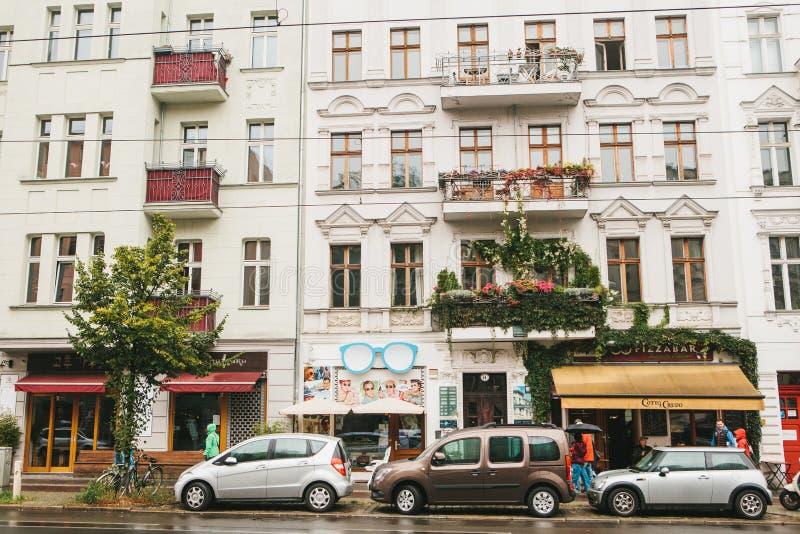Berlim, o 1º de outubro de 2017: Casas autênticas bonitas com balcões, as lojas e os cafés decorados com povos e carros fotos de stock royalty free
