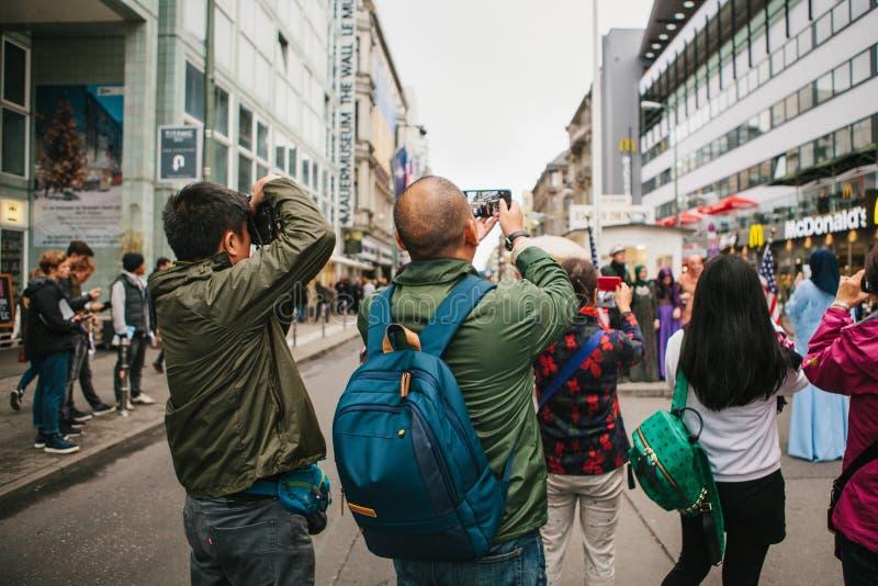 Berlim, o 1º de outubro de 2017: O grupo traseiro da vista de turistas asiáticos desconhecidos toma imagens de vistas do ` s de B fotos de stock