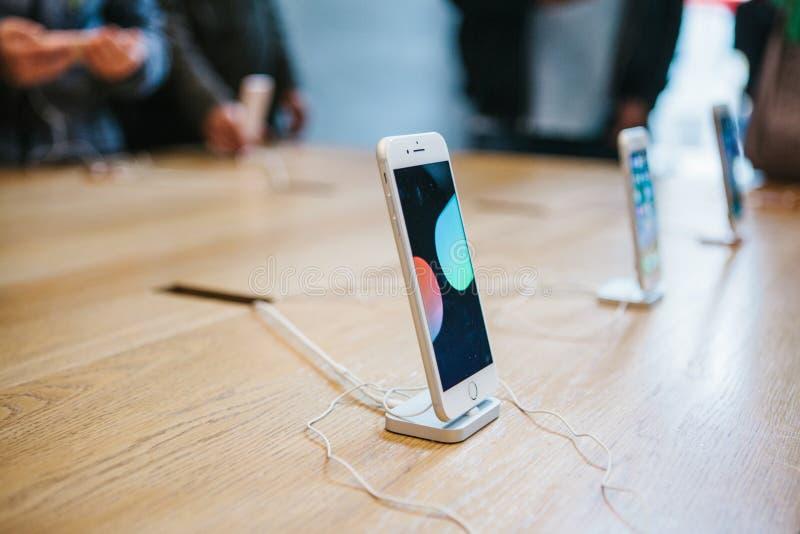 Berlim, o 2 de outubro de 2017: apresentação do iPhone 8 e iPhone 8 positivo e vendas de produtos novos de Apple no oficial foto de stock