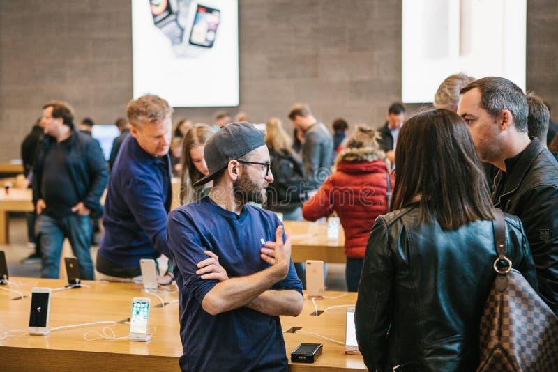 Berlim, o 2 de outubro de 2017: apresentação do iPhone 8 e iPhone 8 positivo e vendas de produtos novos de Apple no oficial fotos de stock