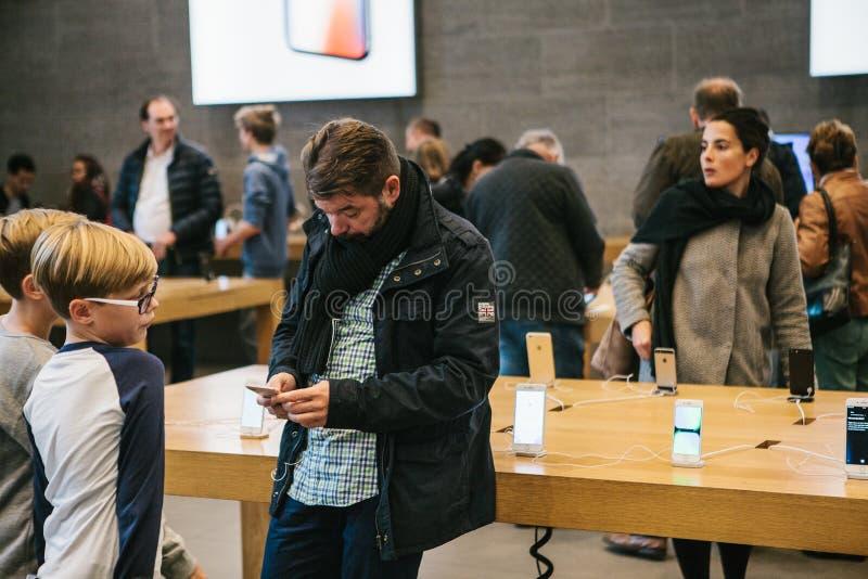 Berlim, o 2 de outubro de 2017: apresentação do iPhone 8 e iPhone 8 positivo e vendas de produtos novos de Apple no oficial fotos de stock royalty free