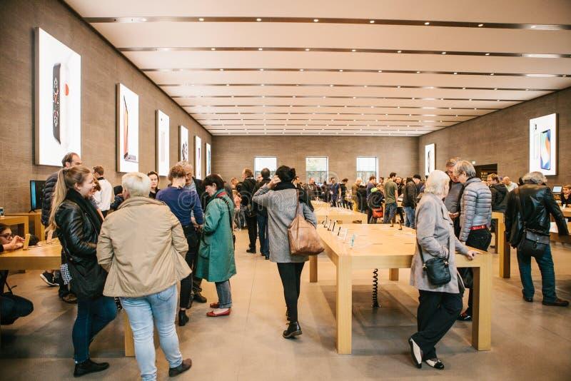 Berlim, o 2 de outubro de 2017: apresentação do iPhone 8 e iPhone 8 positivo e vendas de produtos novos de Apple no oficial foto de stock royalty free