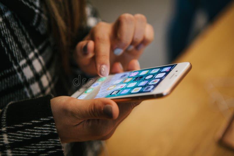 Berlim, o 2 de outubro de 2017: apresentação do iPhone 8 e iPhone 8 positivo e vendas de produtos novos de Apple no oficial imagens de stock royalty free