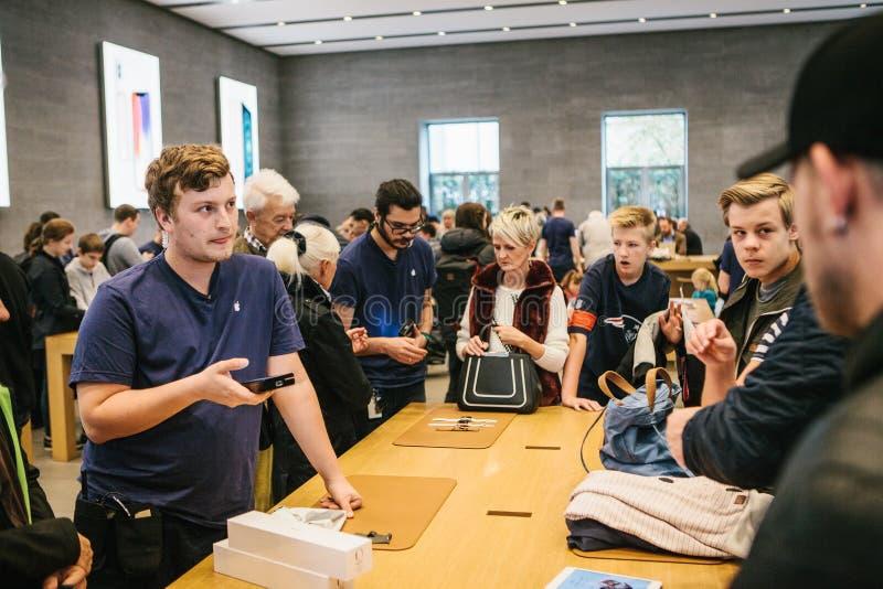 Berlim, o 2 de outubro de 2017: apresentação de produtos novos de Apple na loja oficial de Apple Conselho e venda nova fotos de stock
