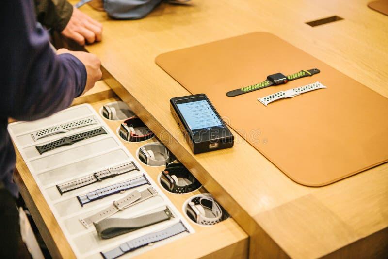 Berlim, o 2 de outubro de 2017: apresentação de produtos novos de Apple na loja oficial de Apple Conselho e venda nova fotografia de stock