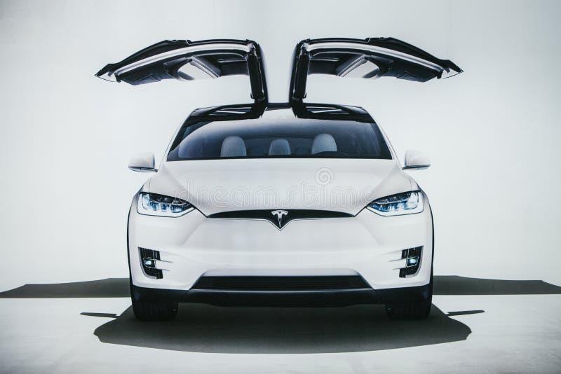 Berlim, o 2 de outubro de 2017: Foto da imagem de um modelo X de Tesla do veículo elétrico na exposição automóvel de Tesla em Ber imagens de stock royalty free
