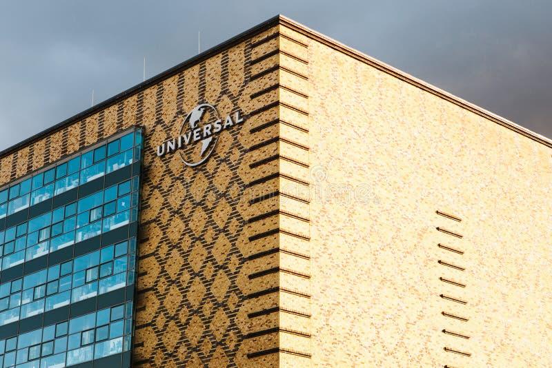 Berlim, o 3 de outubro de 2017: Um sinal na construção do escritório de Universal Music no território do porto oriental do ` s de fotografia de stock