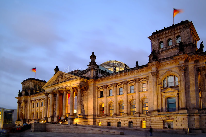 Berlim Reichstag no crepúsculo imagem de stock