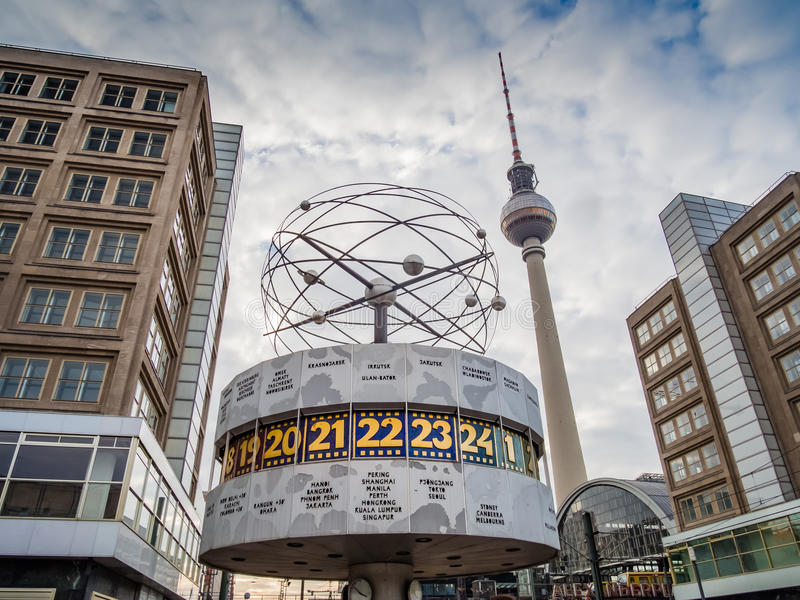 Berlin's Alexanderplatz, таймер мира Weltzeituhr, и t стоковая фотография