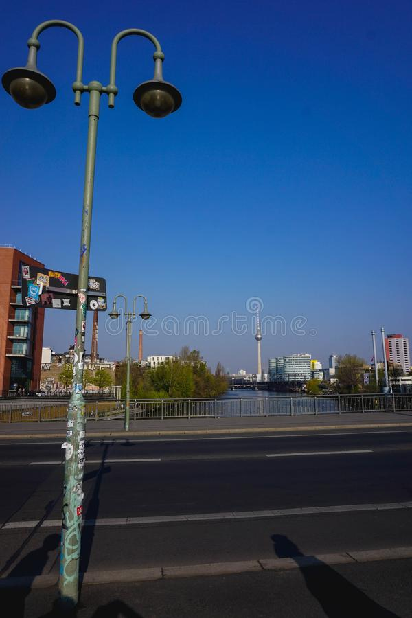 Berlinês Fernsehturm de uma ponte imagens de stock