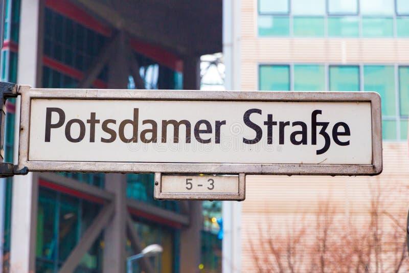 berlin Германия Улица подписывает внутри улицу Potzdamer Strasse Potzdam стоковая фотография