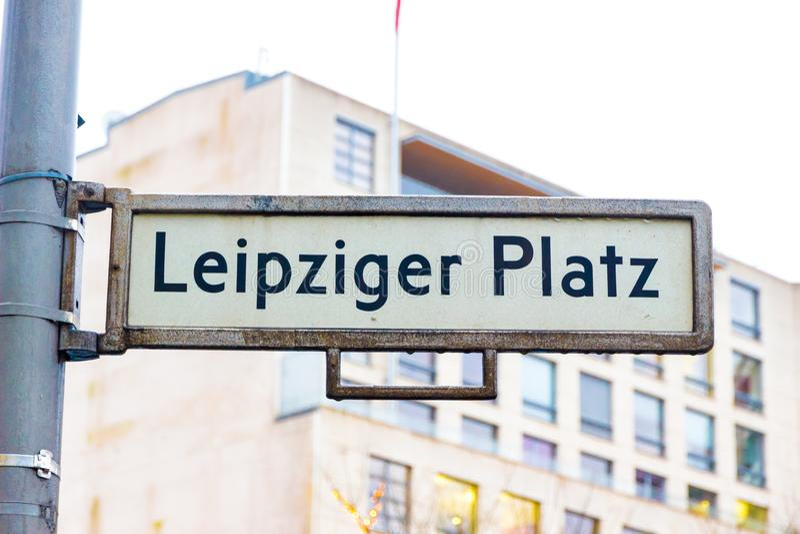 berlin Германия Улица подписывает в квадрате Leipziger Platz Лейпцига в зимнем дне стоковые фото