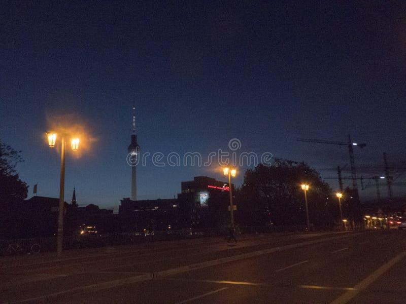 Berlin Alexanderplatz alla notte, Germania fotografie stock