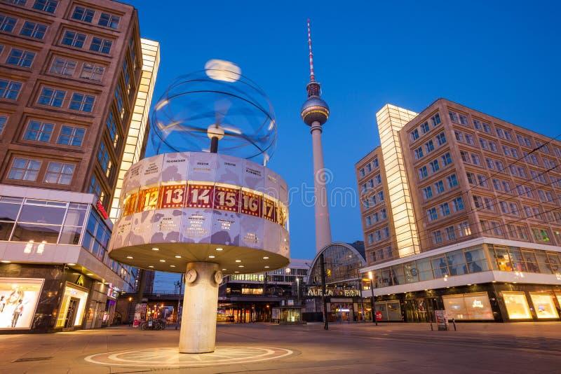Berlin Alexanderplatz y reloj mundial fotos de archivo