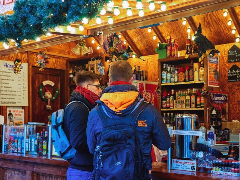 Berlin, Allemagne - 11 décembre 2017 : Amis achetant des boissons aux stalles du marché de Noël chez Kaiser Wilhelm Memorial Chur photographie stock