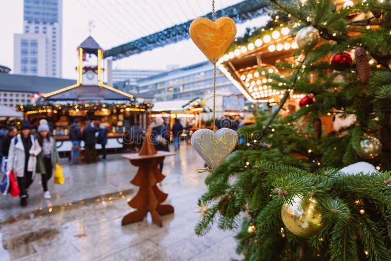 Berlin, Allemagne - 11 décembre 2017 : Arbre de Noël au marché de Noël chez Kaiser Wilhelm Memorial Church en hiver Berlin, dedan image stock