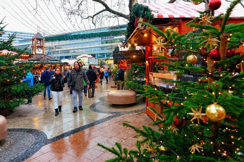 Berlin, Allemagne - 11 décembre 2017 : Arbre et stalles de Noël sur le marché de Noël chez Kaiser Wilhelm Memorial Church en hive images stock