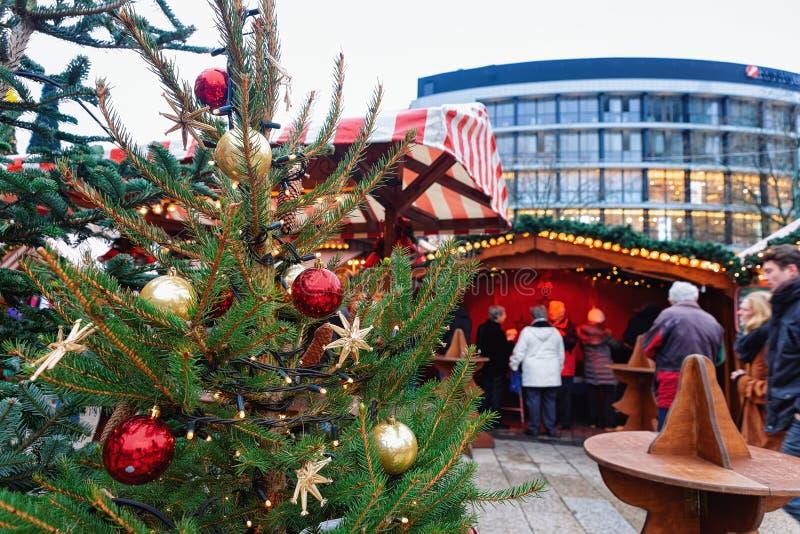 Berlin, Allemagne - 11 décembre 2017 : Arbre et stalles de Noël sur le marché de Noël chez Kaiser Wilhelm Memorial Church en hive photo stock