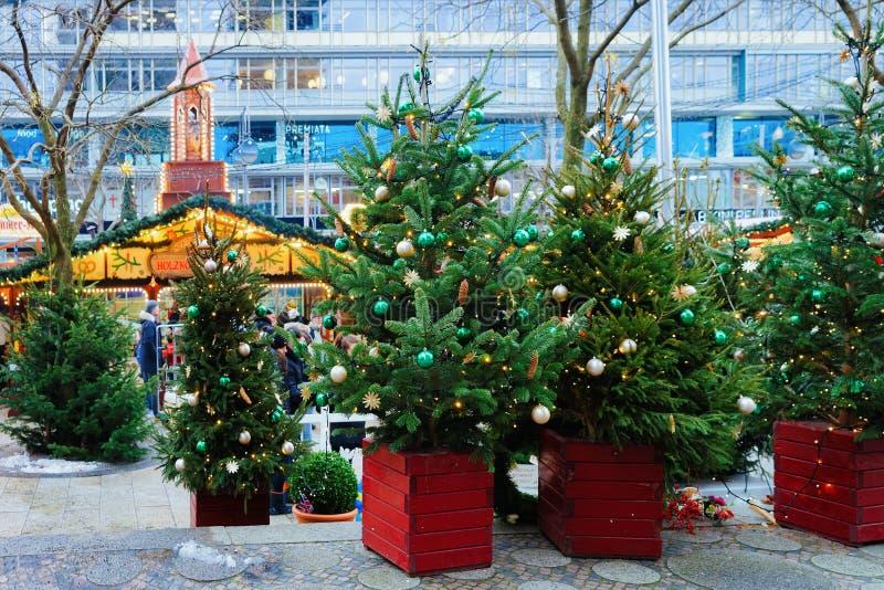 Berlin, Allemagne - 11 décembre 2017 : Arbres de Noël au marché de Noël chez Kaiser Wilhelm Memorial Church en hiver Berlin, image libre de droits