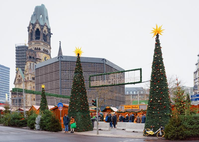 Berlin, Allemagne - 11 décembre 2017 : Arbres de Noël au marché de Noël chez Kaiser Wilhelm Memorial Church en hiver Berlin dedan image libre de droits