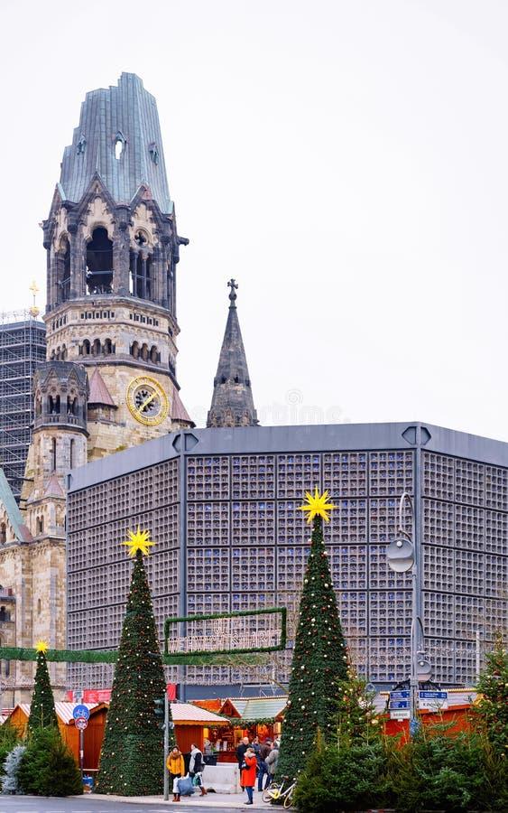 Berlin, Allemagne - 11 décembre 2017 : Arbres de Noël au marché de Noël chez Kaiser Wilhelm Memorial Church en hiver Berlin, deda photos libres de droits